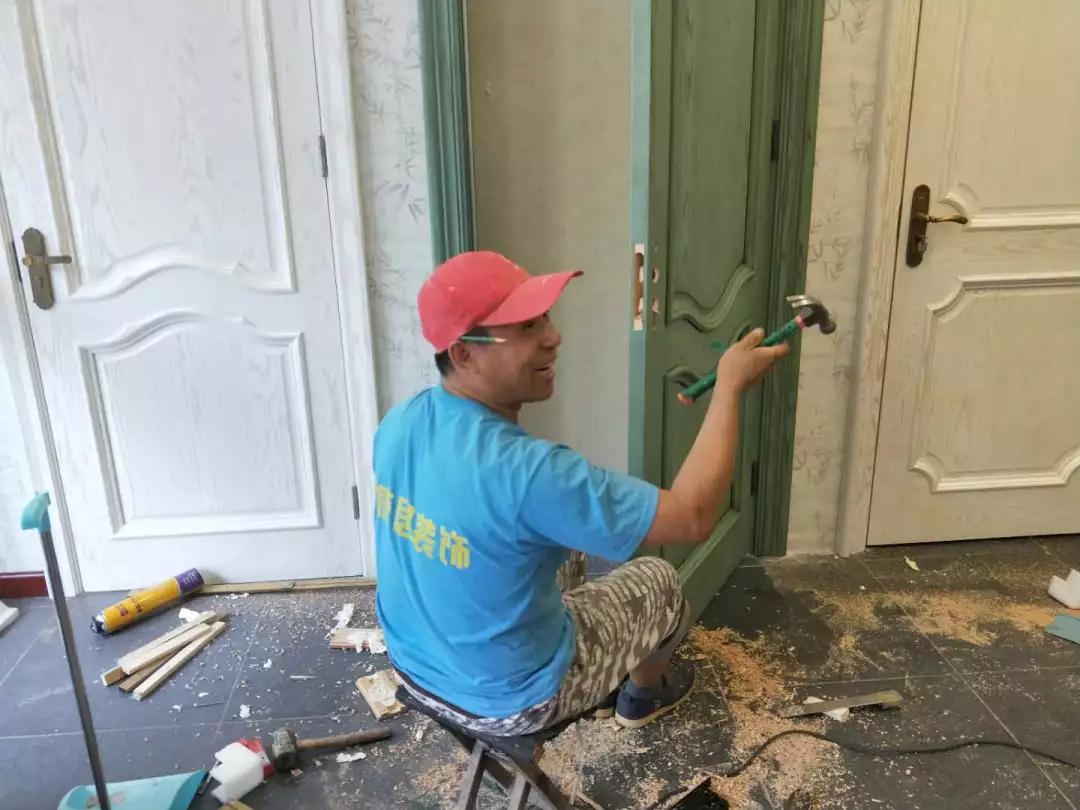 汉驰实木门门锁安装实例